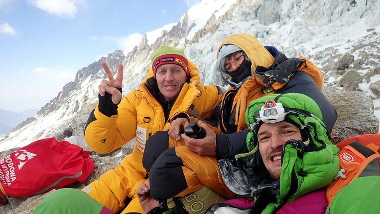 Denis Urubko (links), Elisabeth Revol en Adam Bielecki (rechts). De twee klimmers kwamen Revol redden.