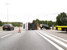 Caravan kantelt op A50 bij Vaassen