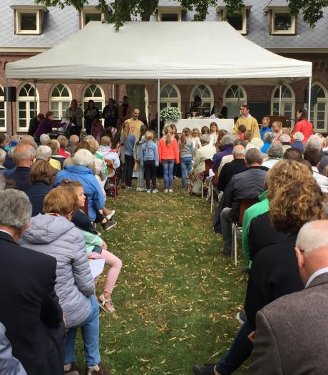 Veel belangstelling voor openluchtmis in kloostertuin Berkel-Enschot: te weinig hosties