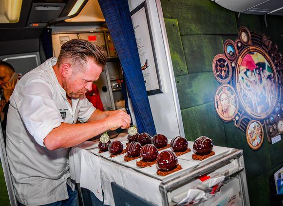 Chef-kok Roger Van Damme schotelt de passagiers lekkere Belgische chocolade voor