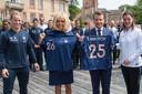 Emmanuel Macron en zijn vrouw worden door Eugénie Le Sommer en bondscoach Corinne Diacre alvast warm gemaakt voor het WK in eigen land.