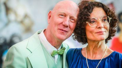 VIDEO. Herr Seele huwt met Katia: opvallende aankomst op stadhuis, tweedehandskostuum en Jerry Lee Lewis