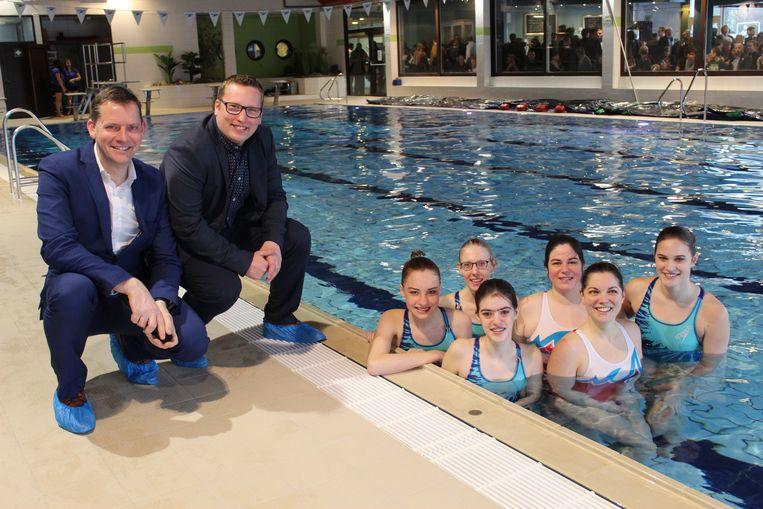 Zwemclub De Dolfijnen mocht als eerste het vernieuwde zwembad in.