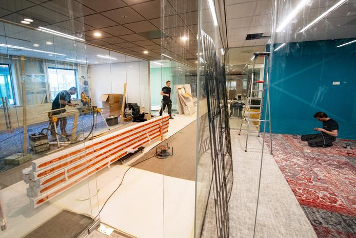 In het gebouw wordt nog druk gewerkt aan glazen 'brainstormkamers'.