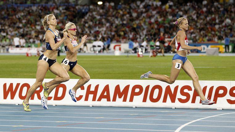 Yuliya Rusanova (rechts) aan kop tijdens de weredlkampioenschappen atletiek 2011 in Daegu. Rusanova is klokkenluider in Seppelts documentaire. Beeld reuters