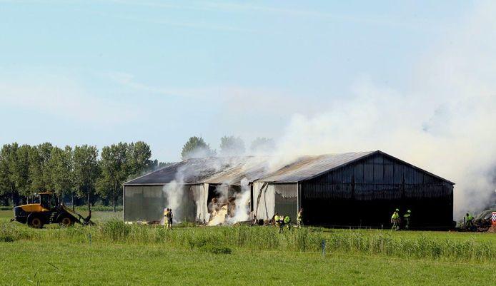De brand ontstond in een schuur waar hooi, hout en landbouwvoertuigen in opgeslagen werden.