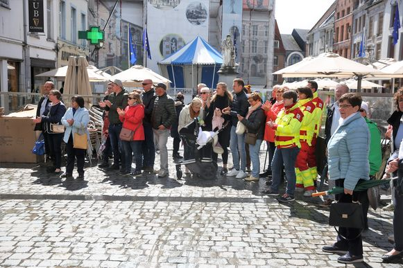 Vrienden en familie applaudisseren wanneer de eerste grote groep uit Wielsbeke arriveert in Halle.