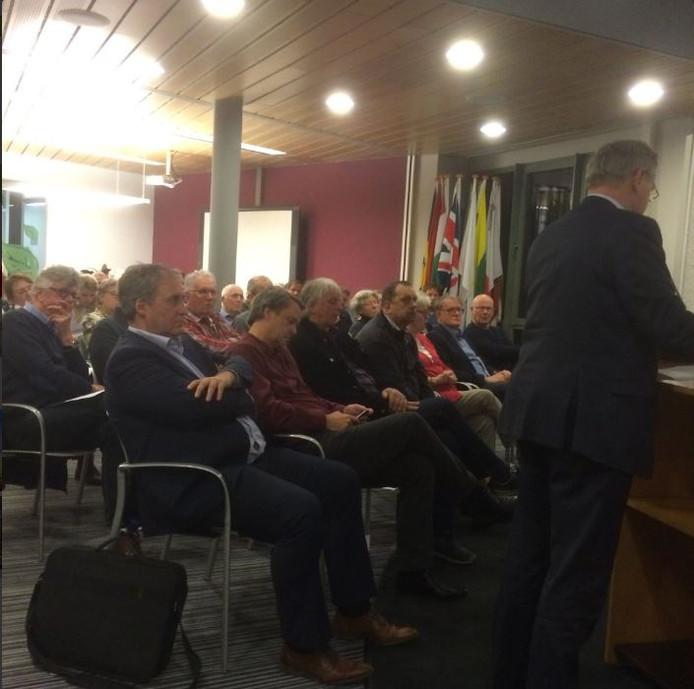 Extra raadsvergadering gemeente Haaren over het advies van de heer Augusteijn over de datum voor opsplitsing wordt druk bezocht.