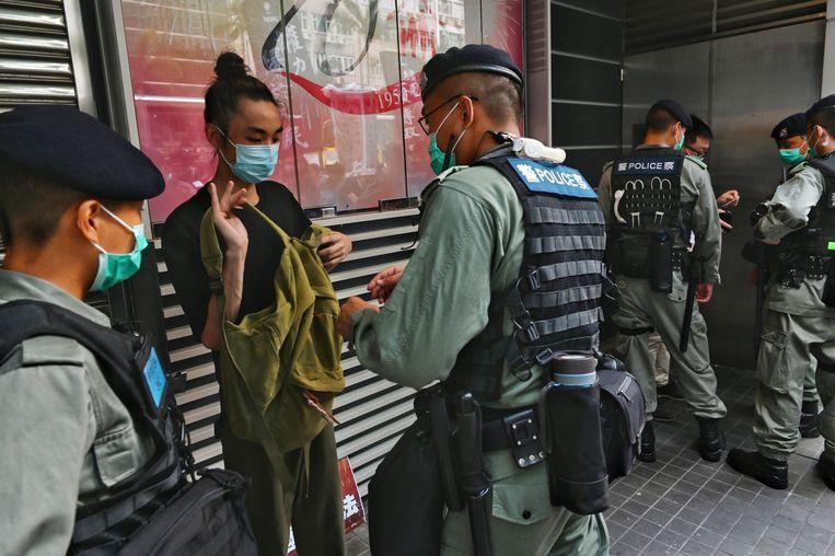 Controle op straat gisteren tijdens een pro-democratisch protest in Hongkong.