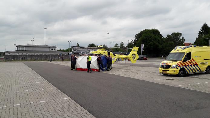 De zwaargewonde vrouw werd met een traumaheli naar het ziekenhuis gebracht.