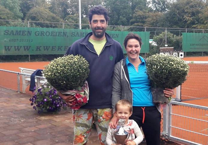 Marien van der Slikke en Mieke van Steen met de bloemen. Bas, de zoon van Mieke, heeft zich over de beker ontfermd.