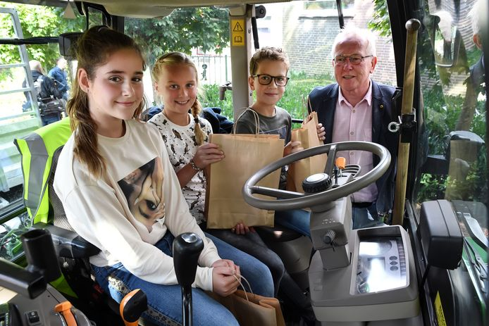 Bij basisschool Doelakkers in Hilvarenbeek wordt het startschot gegeven voor een campagne om kinderen te waarschuwen voor het gevaar van landbouwverkeer in de oogsttijd. Wethouder Ted van de Loo overhandigt een tasje aan Olivia, Dewi en Gijs (vlnr.) met daarin informatie over landbouwverkeer.