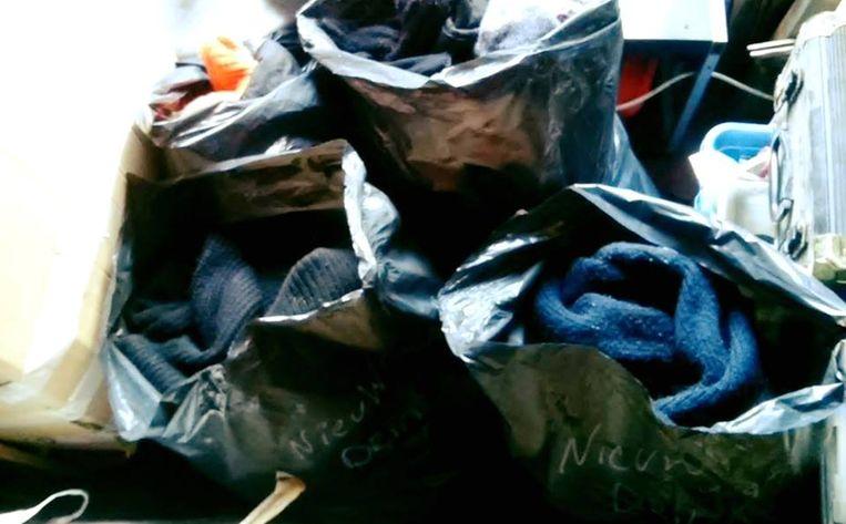 Zakken en dozen vol kleren bleven achter in het café.