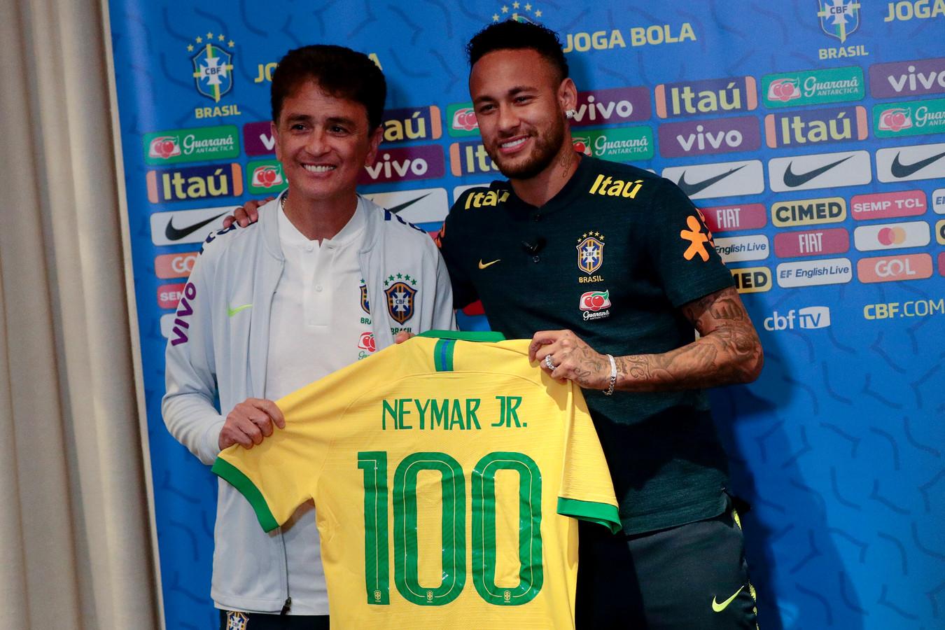 Bebeto (l) overhandigt Neymar het shirt met rugnummer 100.