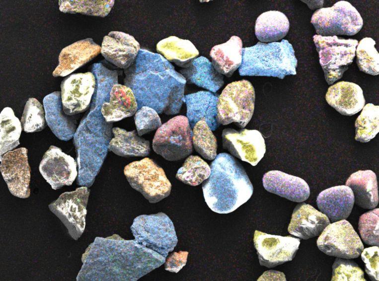 Microscopische beelden van het zand op de stranden, waaruit de ijzerdeeltjes bleken. Beeld Donald Weber
