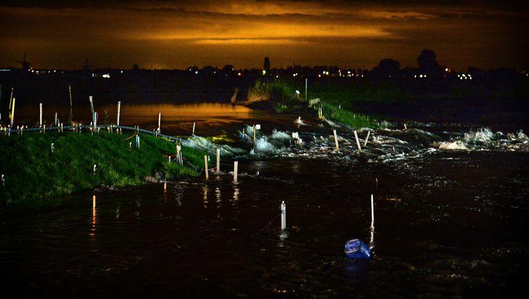 Op woensdagochtend om 06.30 uur stroomt het water dan eindelijk over de ingezakte dijk de Leendert de Boerspolder in. Beeld Marcel van den Bergh / De Volkskrant