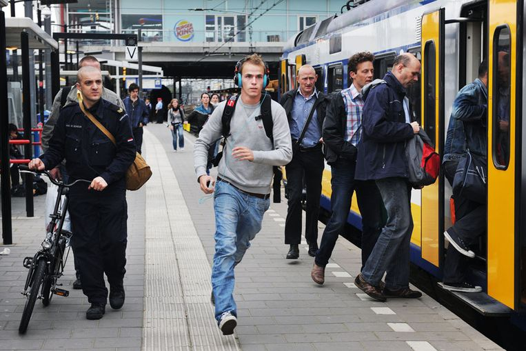 De Sprinter naar Geldermalsen op Utrecht CS. Deze trein is vaak overvol (Guus Dubbelman / de Volkskrant) Beeld