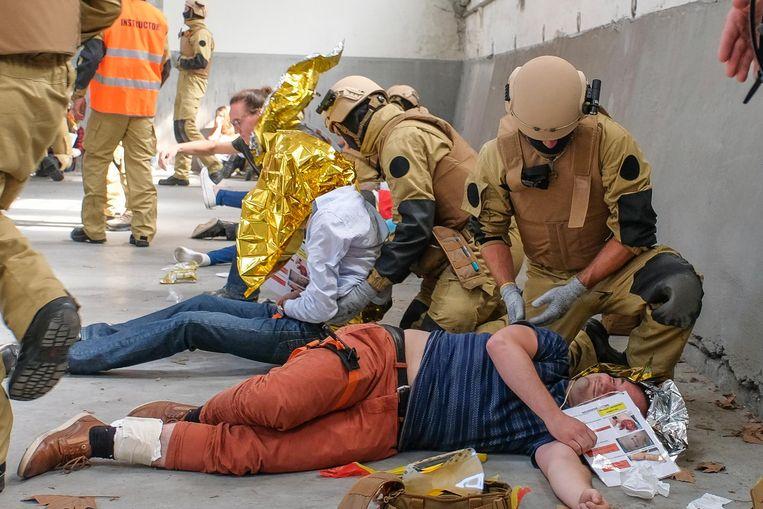 Leden van het nieuwe Casualty Extraction Team bekommeren zich om slachtoffers.