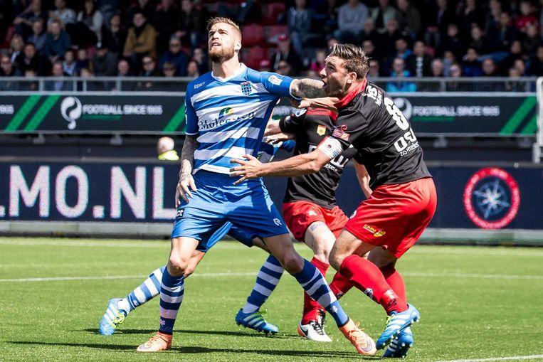 Zwolle-speler Lars Veldwijk in duel met Sander Fischer (Excelsior). Beeld anp