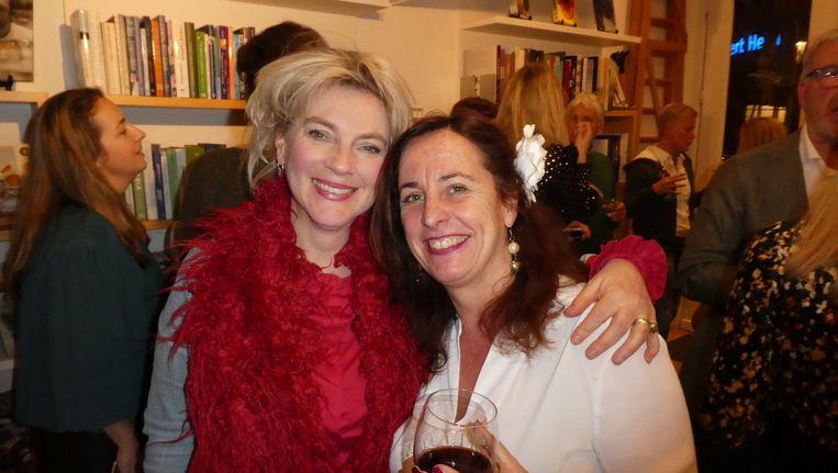 Entertainer Mylou Frencken: 'Best eng om het aan mijn moeder te laten lezen. Mooi verhaal, zei ze, maar wat een gek mens.' Met schrijver Anna van Praag Beeld Schuim