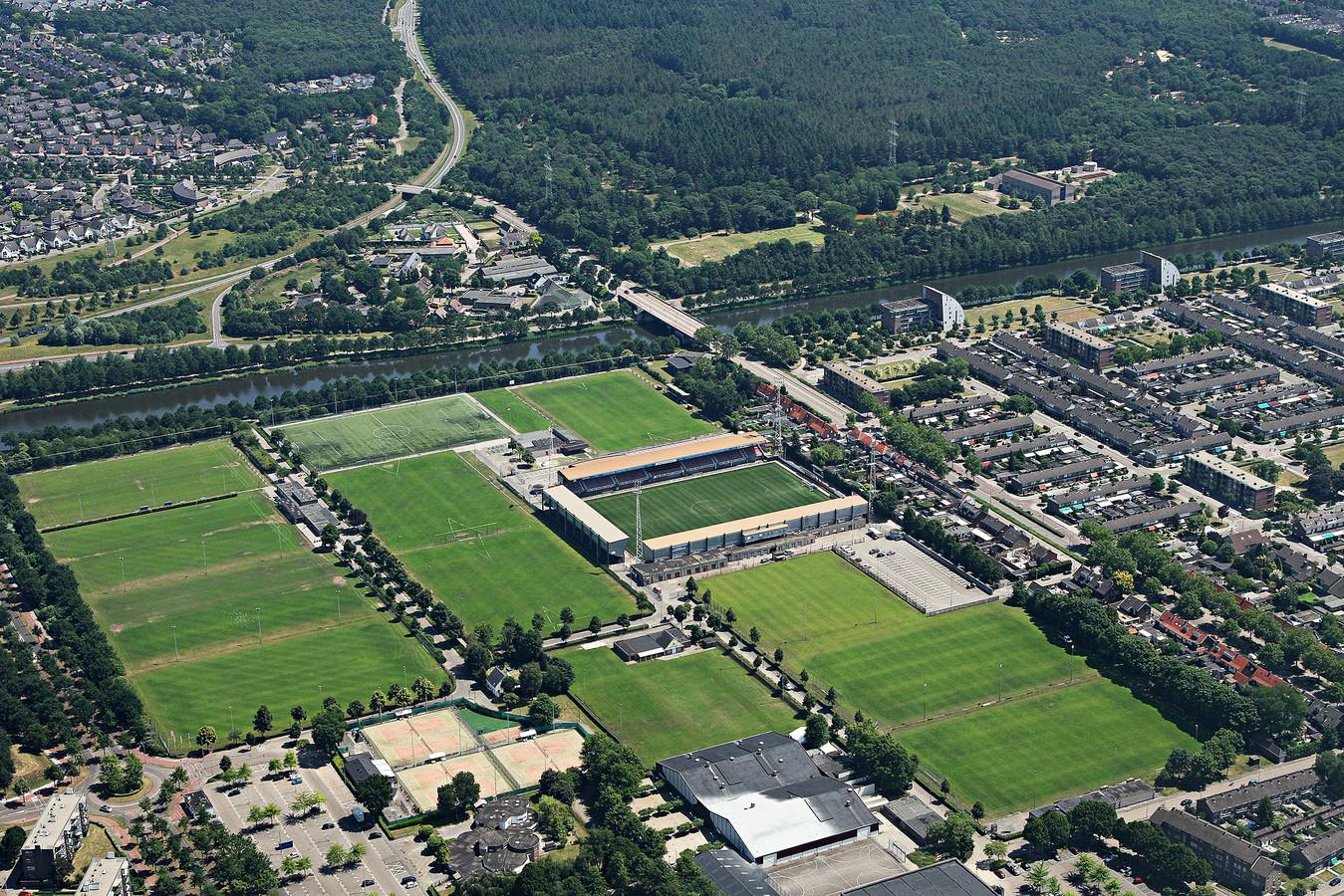 Sportpark De Braak in Helmond. Het nieuwe zwembad is door het stadsbestuur voorzien op de plek van korfbalvereniging OEC (rechts van de banen van tennisclub HTV).