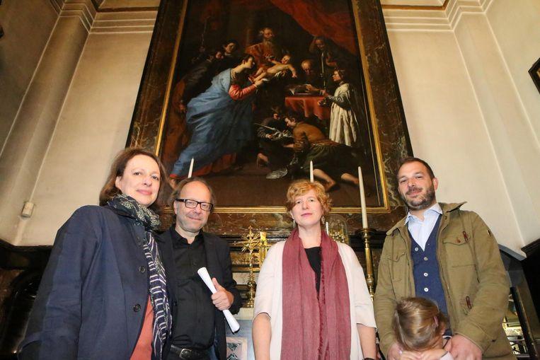 Curator Sabine van Sprang , Peter Wouters (OKV), Veerle Declerck (Bozar) en Michaël Hanne, archivaris van Scherpenheuvel bij één van de gereinigde schilderijen.