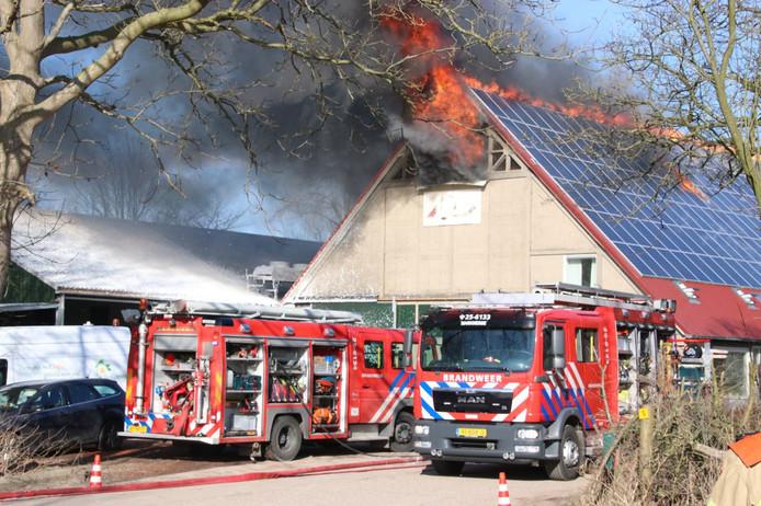 De brand begon in een schuur bedekt met ongeveer 170 zonnepanelen.