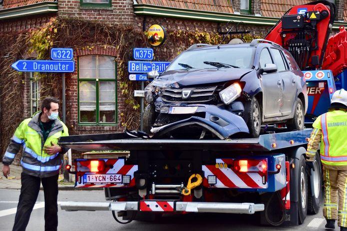 De schade aan zowel de Dacia Sandero als de getroffen gevel was groot, na het ongeval op het kruispunt van de Dikkebusstraat met de Douanestraat in Loker, vlakbij de gekende brasserie Den Heksestoel.