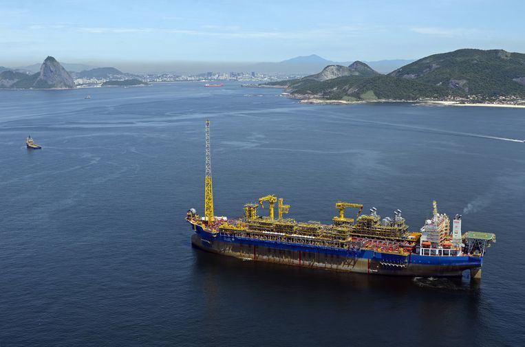 Een schip van SBM Offshore waarmee olie en gas wordt opgepompt, verlaat de Braziliaanse kust. Beeld