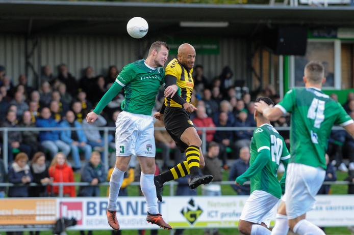 Berry Powel namens DVS'33 in de derby tegen VVOG. De ervaren aanvaller is deze week opgedoken bij Sparta Nijkerk.