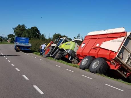 Grote landbouwmachine glijdt de greppel in bij Lunteren