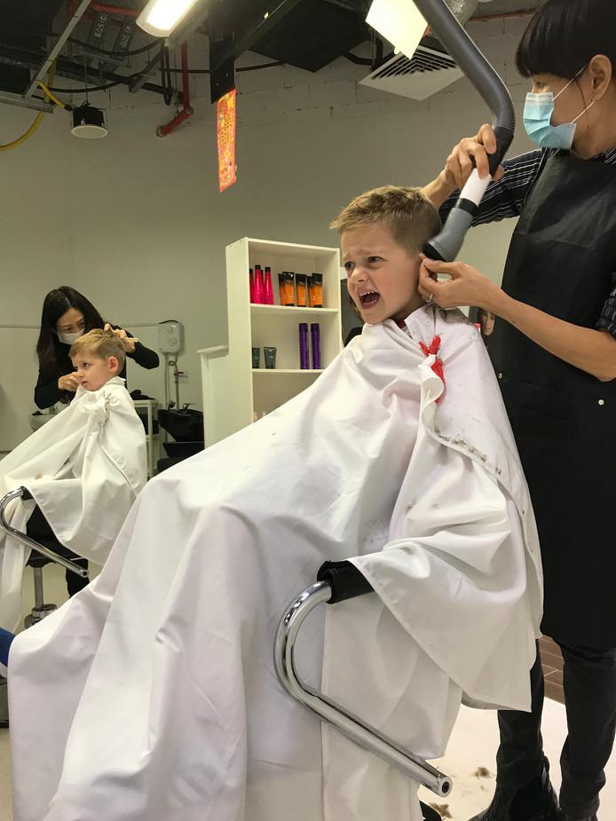 Met zijn kinderen zit Niek Druijff regelmatig bij de kapper in Singapore. 'Boven de stoel waarin je geknipt wordt, komt een stofzuigerslang uit het plafond om de haartjes op te zuigen die zo geweldig irritant kunnen kriebelen.'