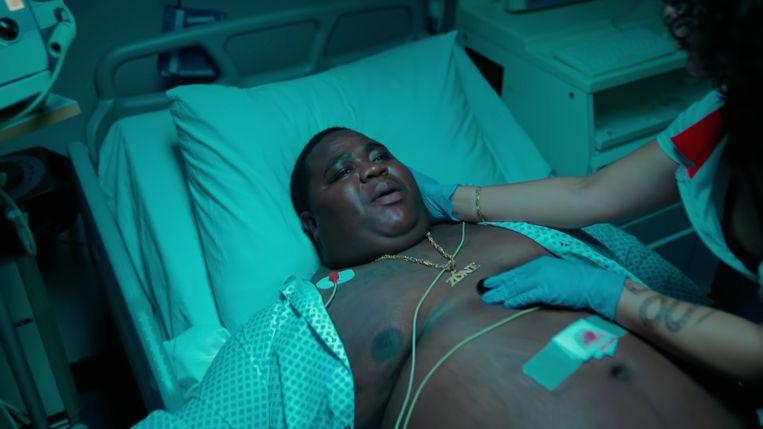 Screenshot uit Bigidagoes videoclip 'Opp Blazen' Beeld YouTube