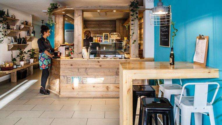 Bij binnenkomst waan je je door de turquoise muren en een grote bar van steigerhout al direct in het Caribisch gebied Beeld Carly Wollaert