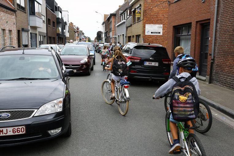 Hoewel het aantal ongevallen beperkt blijft is de dagelijkse chaos in de Dorpsstraat een doorn in het oog van velen.