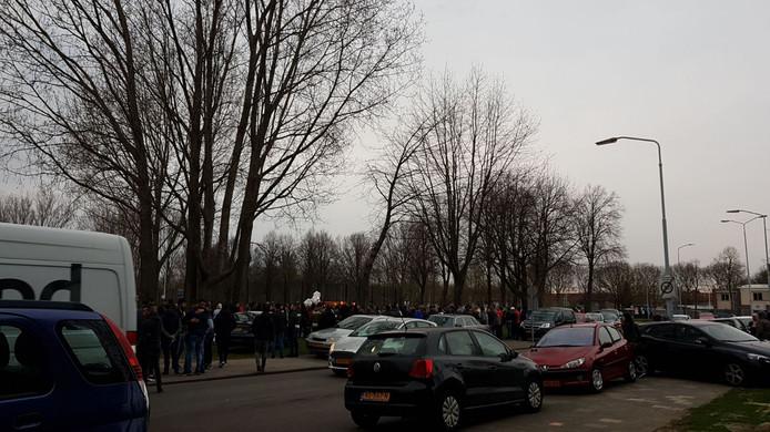 Honderden mensen lopen mee met de stille tocht door Hoge Vucht in Breda.