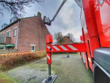 Stuk van schoorsteen brokkelt af en stort naar beneden door blikseminslag in Leusden
