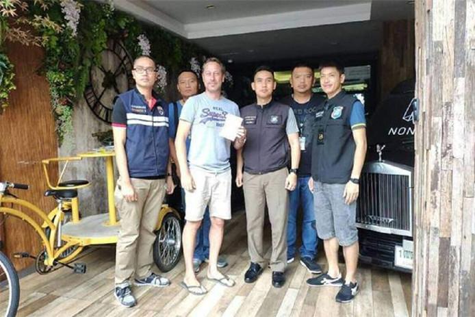 Dennis Wielaard (2e van links) met politiemensen in Pattaya.