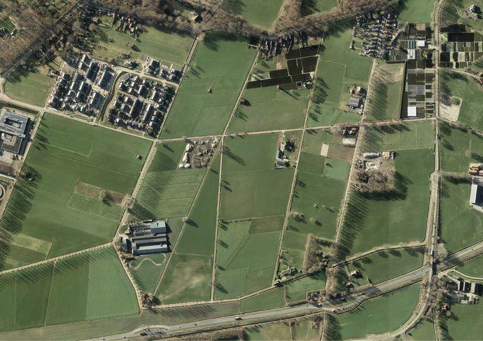 De commissie Grondgebied is het eens met B en W om in Opbroek-Oost woningen te bouwen. Keurs. Onderin de foto provinciale weg N347 en linksboven de reeds gerealiseerde woningen in Opbroek Zuid.