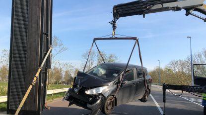 Bestuurster (42) knalt tegen geparkeerde vrachtwagen