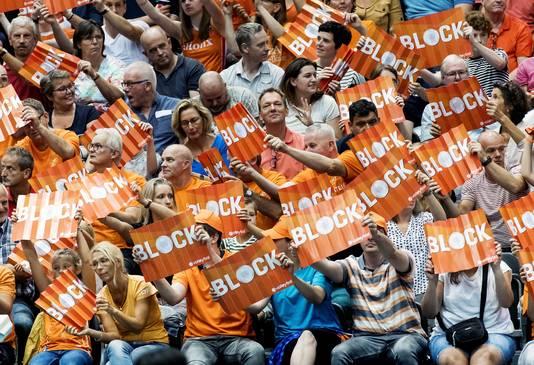 Fans moedigen het Nederlands volleybalteam aan tijdens hun wedstrijd tegen Zuid-Korea.