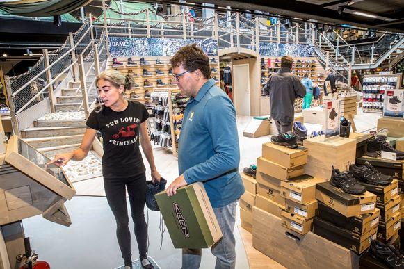 De 'flagshipstore' van de Nederlandse buitensportwinkel Bever, waar je producten kunt scannen bij schermen die helpen bestellen en meer informatie geven.