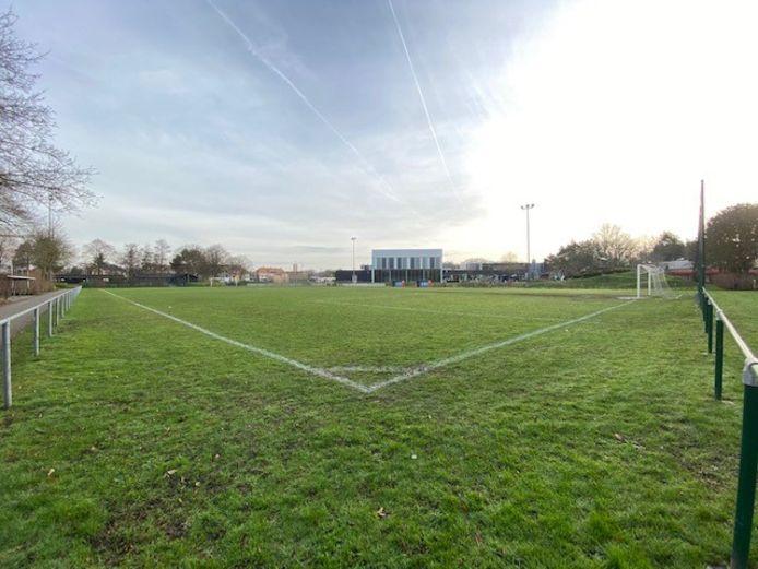 Het voetbalveld van KSK Steenbrugge blijft deze week leeg.