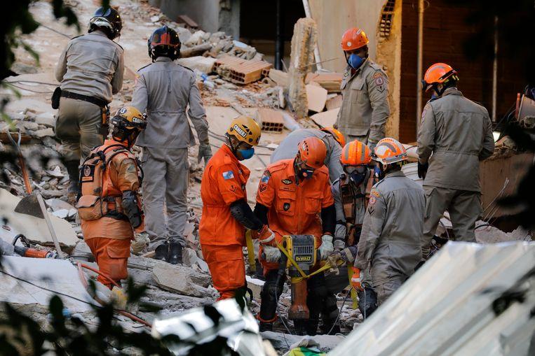 Reddingswerkers in Rio de Janeiro zoeken tussen de puinhopen van de ingestorte appartementen naar slachtoffers en overlevenden.