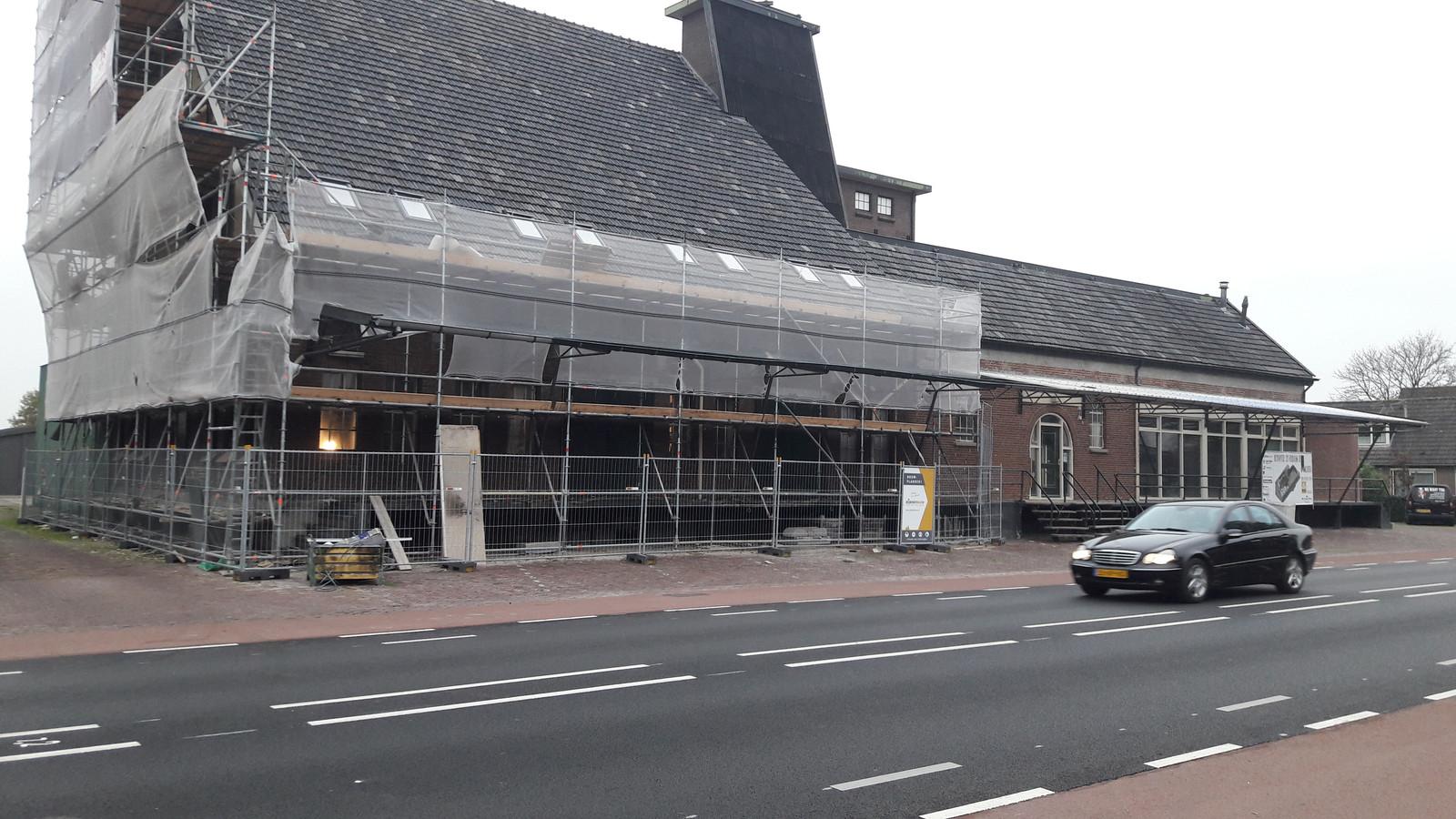 In het karakteristieke pand waar voorheen de Welkoop zat, wordt in Klarenbeek hard gewerkt aan de komst van Bike Totaal Wolters.