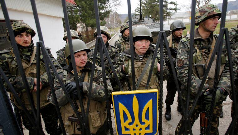 Oekraïense soldaten opgesloten op hun basis in Privolnoje. Beeld ap