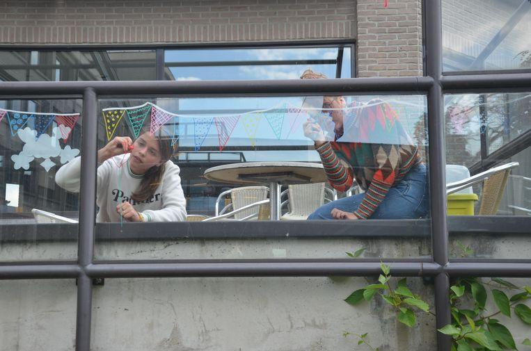 Cato en Bente van Kunstacademie Ter Beuken maakten ook Quarantekeningen op het terras van het woonzorgcentrum.