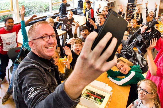 Foto ter illustratie. Juf Marijke en meester Christiaan van Youtubekanaal Benjegeflipt?! bezochten onlangs basisschool De Regenboog in Dordrecht.