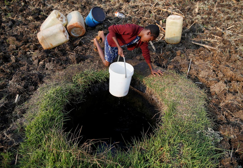 Een inwoner van Harare haalt water op uit een bron in een buitenwijk van de hoofdstad.