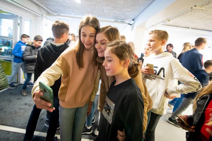 Emma Boertien uit Almelo, vrijdag finalist The Voice, treedt op op haar eigen school Het Noordik.